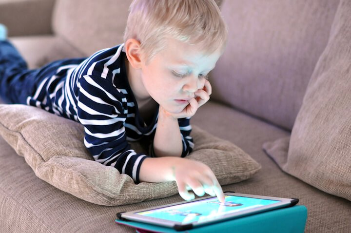 Junge am Kindertablet | © panthermedia.net / PedroPlayaPic